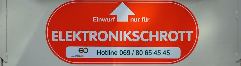 Ein Container für Elektroschrott, aufgenommen am 09.08.2013 in Offenbach (Hessen). Foto: Daniel Reinhardt/dpa