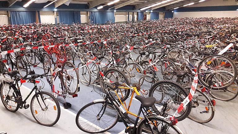 1.500 Räder sind nach ihrer Sicherstellung durch die Kripo in einer Halle untergebracht