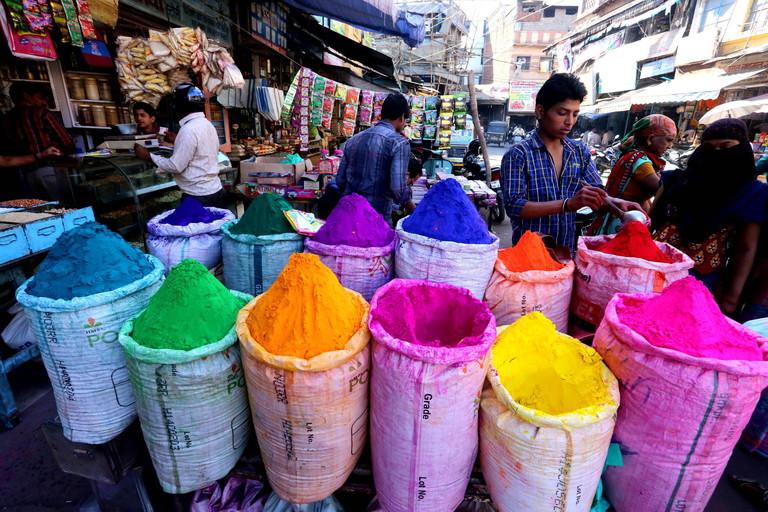 Farbpulver auf einem Markt in Bhopal