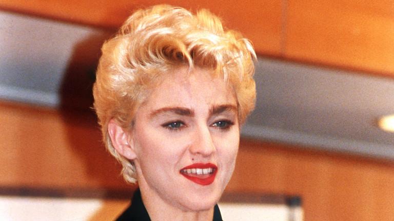 """Die US-amerikanische Popsängerin Madonna mit ihrem Preis am 19.6.1987 in Tokio, den sie für das meistverkaufte Album des Jahres (""""True blue"""") erhielt."""