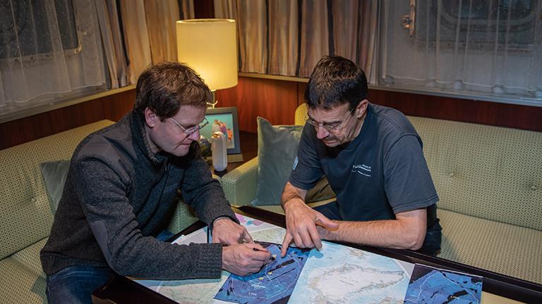 Arbeiten mit Kunstlicht: die Expeditionsleiter Markus Rex und Christian Haas
