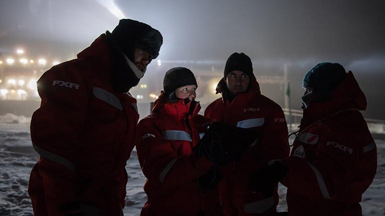Im Schein von Strahlern und Displays: Forschende auf dem Eis