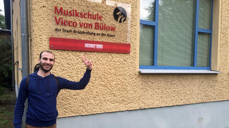 Omar vor der Musikschule