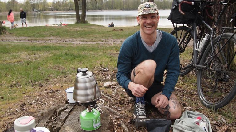 Nils beim Kaffeekochen in der Natur.