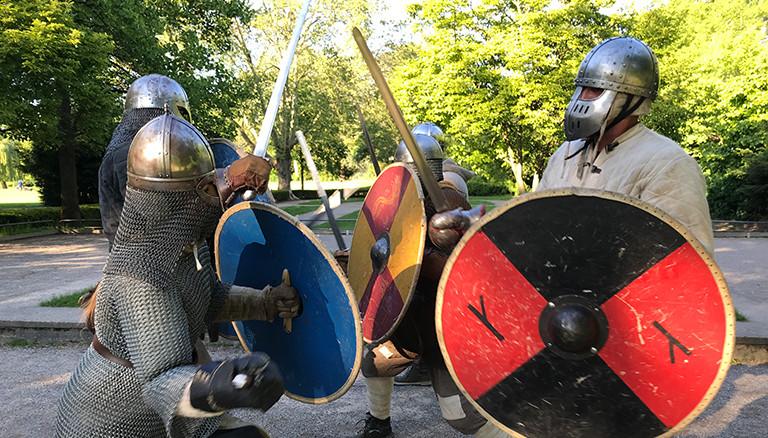 Die Gruppe Kappaval trainiert in Köln Schwertkampf
