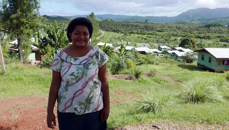 Sivo Vulimai vor dem umgesiedelten Dorf Vunidogoloa