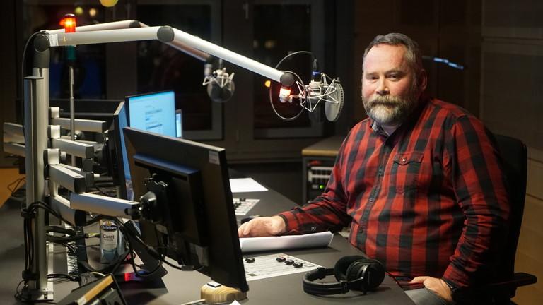 Der Medienjournalist Stefan Niggemeier sitzt im Studio von Deutschlandfunk Nova am Mikrofon.