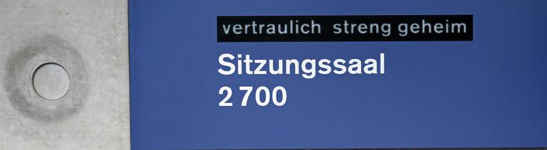 «Vertraulich streng geheim» steht am 05.06.2013 im Paul-Löbe-Haus in Berlin auf einem Schild vor dem Sitzungsraum des Verteidigungsausschusses. Hier erläutert der Verteidigungsminister den Bericht zur «Euro Hawk»-Affäre. Foto: Kay Nietfeld/dpa