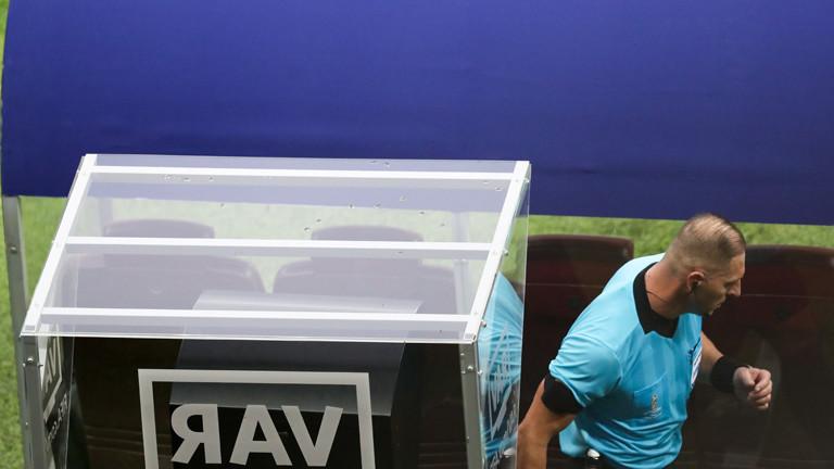 MOSCOW, RUSSIA - JULY 15, 2018: Referee Nestor Pitana using the VAR System in the 2018 FIFA World Cup Final match between France and Croatia at Luzhniki Stadium. Stanislav Krasilnikov/TASS Foto: Stanislav Krasilnikov/TASS/dpa