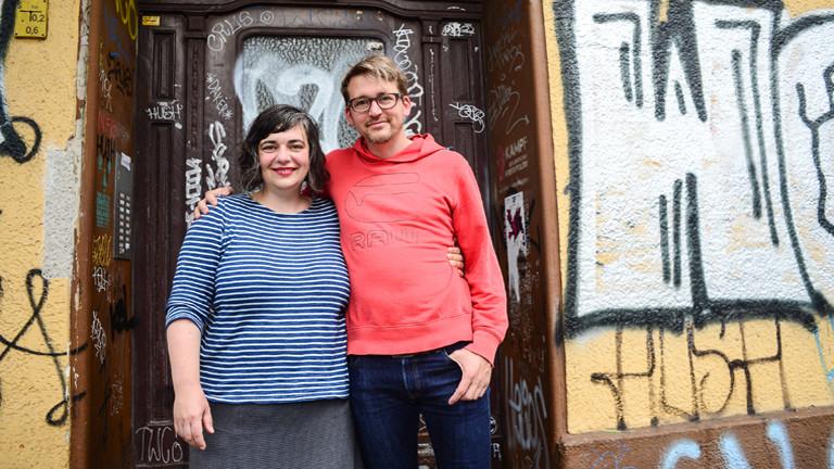 Sabine und Christian vor der Haustür des Hauses in Berlin
