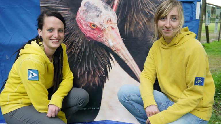 Zwei Frauen vor Waldrapp-Foto.