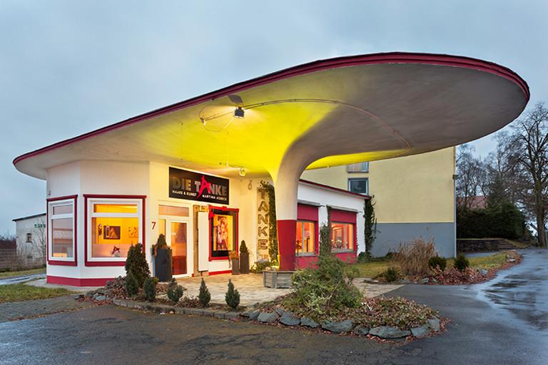 Alte Tankstelle mit ausladendem Dach