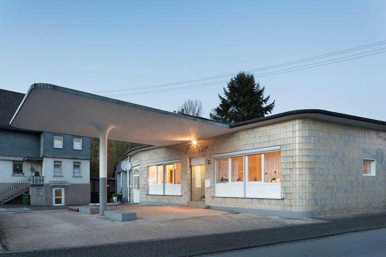 Alte Tankstelle mit Vordach und Wohnhaus