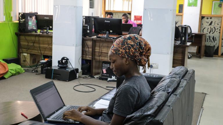Eine Mitarbeiterin eines afrikanischen Start-ups am Laptop.