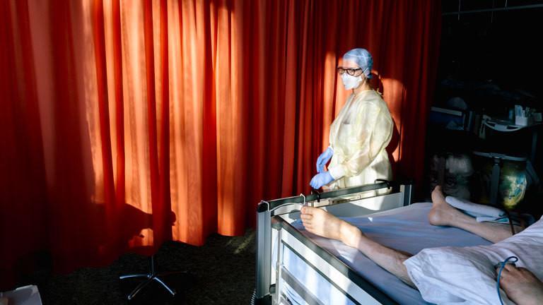 Intensivpflegerin bei einem Patienten