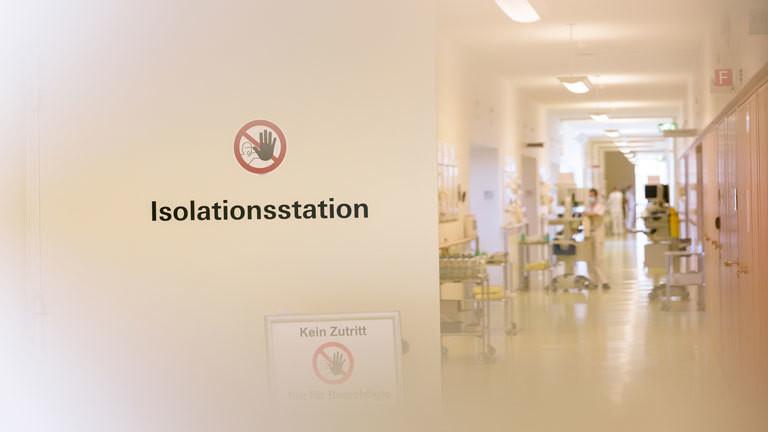 """Eine Tür mit der Aufschrift """"Isolationsstation"""""""