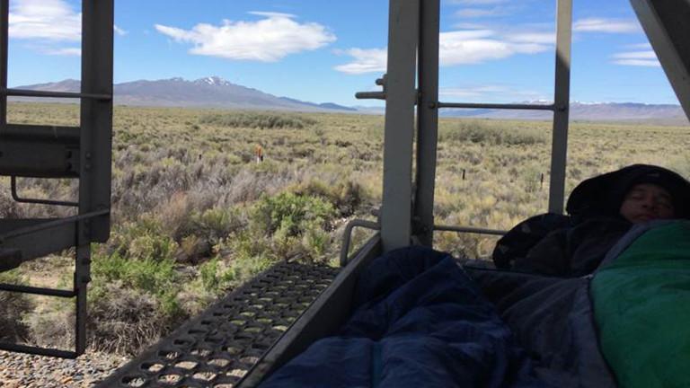Hobo schläft in einem Schlafsack.