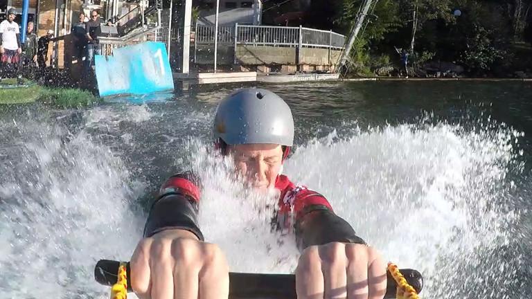 Caro fällt beim Wakeskaten ins Wasser