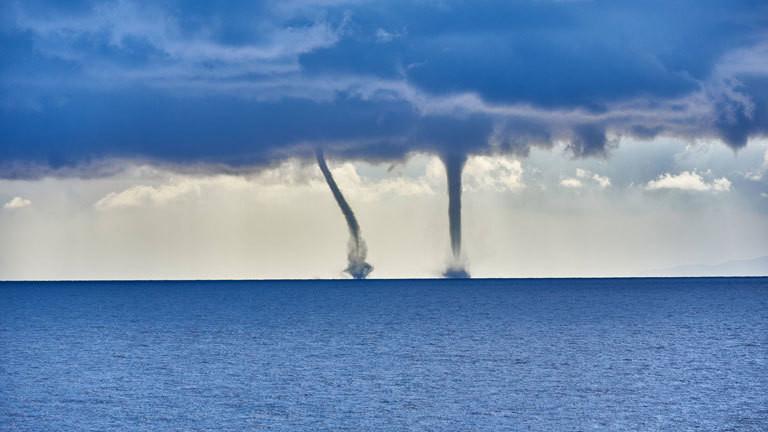 Zwei Tornados über dem Meer.