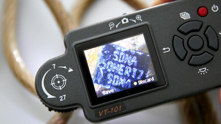 Ein Gerät scannt ein Kupferkabel.