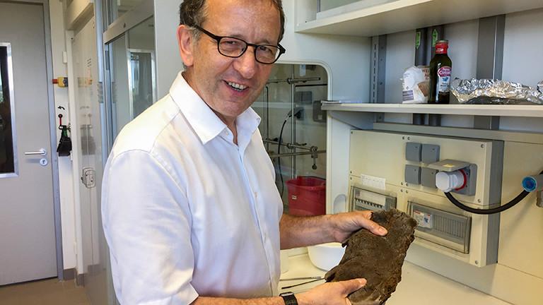 Markus Antonietti, MPI, präsentiert in seinem Labor einen Schwarzboden-Fladen