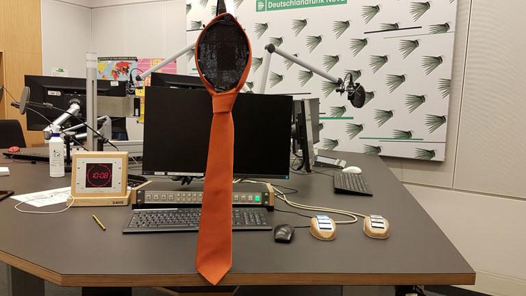Kupferfarbene Krawatte im Deutschlandfunk-Nova-Sendestudio.