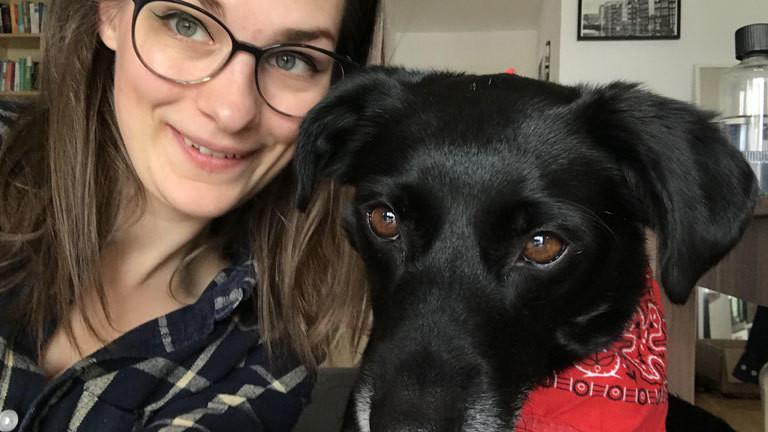 Unsere Autorin Krissy Mockenhaupt und ihr Hund Sven.