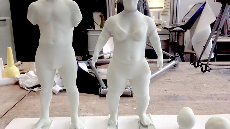 Skulpturen kleinwüchsiger Menschen