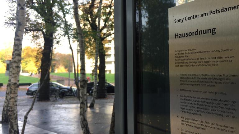 Die Hausordnung des Sony-Centers in Berlin.