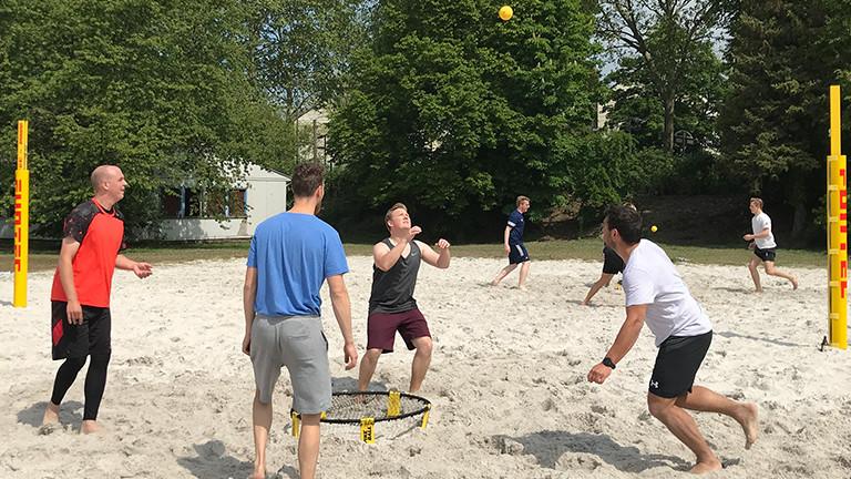 Sportstudenten spielen Spikeball.