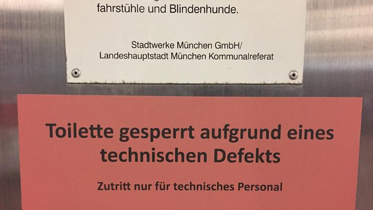 """Hinweisschild einer öffentlichen Toilette in München: """"Toilette gesperrt"""""""