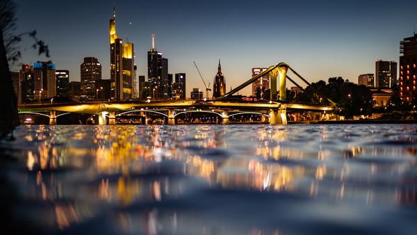 Frankfurter Skyline mit Main im Vordergrund