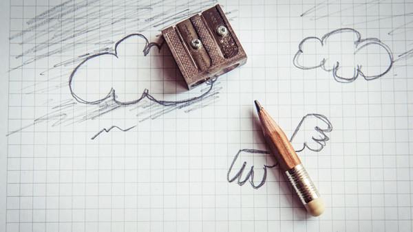 Ein Bleistift mit gemalten Flügeln