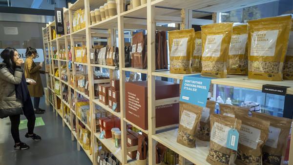 Ein veganer Supermarkt - ein Holzregal mit einigen Produkten.