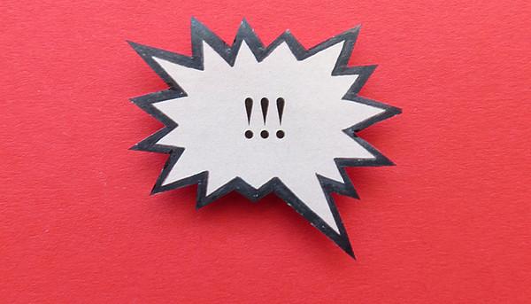 Sprechblase mit drei Ausrufezeichen vor rotem Hintergrund