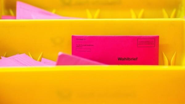 Briefwahlzettel werden in einer Box der Deutschen Post gesammelt.