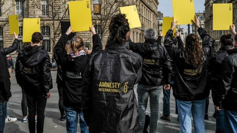 Aktivistinnen und Aktivisten von Amnesty International demonstrieren am 25.02.2021 in Paris