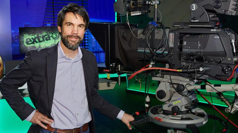 NDR-Redaktionsleiter Andreas Lange posiert am 08.10.2014 in Hamburg während eines Fototermins in der neuen Kulisse der NDR-Satireshow extra 3.