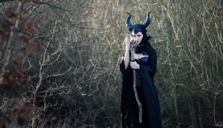 Symbolbild; Eine Hexe die im Wald steht