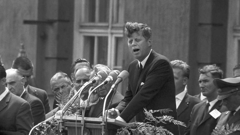 """Am 26. Juni 1963 hält der amerikanische Präsident John F. Kennedy seine berühmte Rede """"Ich bin ein Berliner"""" vor dem Schöneberger Rathaus."""