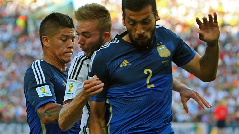 Enzo Perez und Ezequiel Garay nehmen Christoph Kramer in die Zange, sein Kopf schlägt mit voller Wucht gegen Garays Schulter; Bild: dpa
