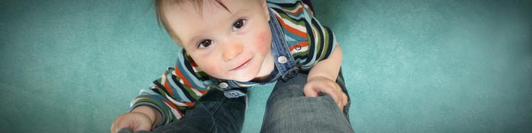 Ein Kleinkind schaut nach oben.