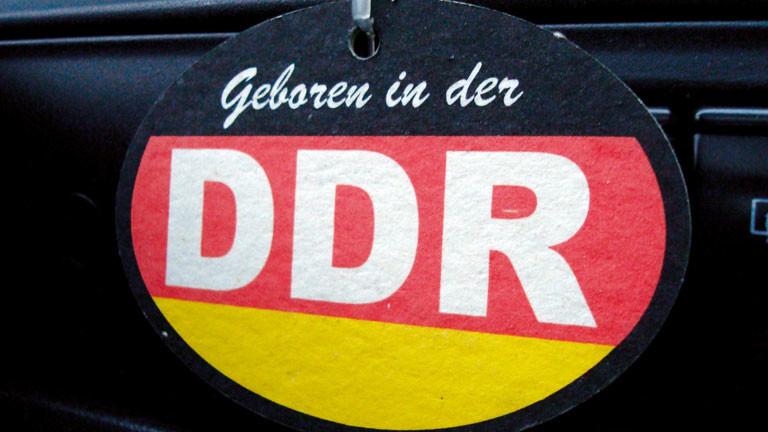 """Auf Aufkleber mit der Aufschrift """"Geboren in der DDR""""."""