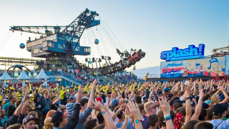 Festivalbesucher beim Splash recken die Arme hoch. Bild: dpa