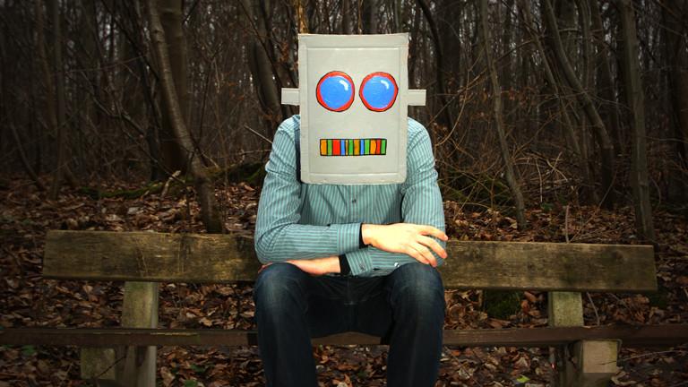 Mann mit Robotermaske