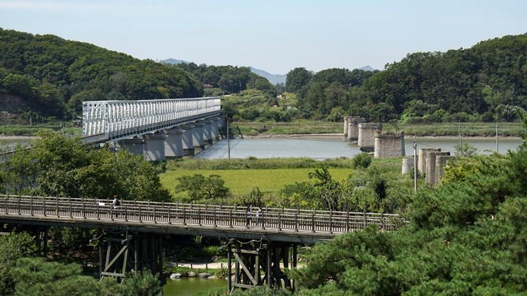 Südkorea: Blick auf die demilitarisierte Zone zwischen Nord- und Südkorea (DMZ). Gesehen von der Imjingak Aussichtsplattform in Südkorea. Foto vom 9. September 2015.
