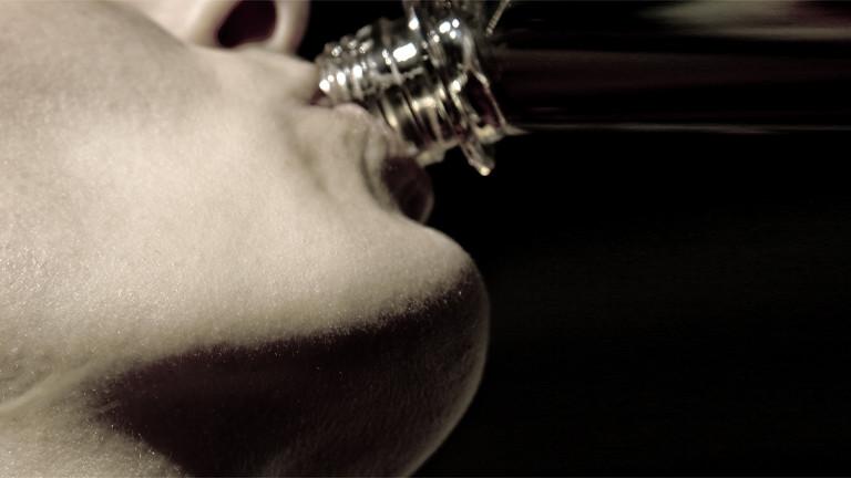 Eine Frau trinkt Wasser aus einer Flasche.