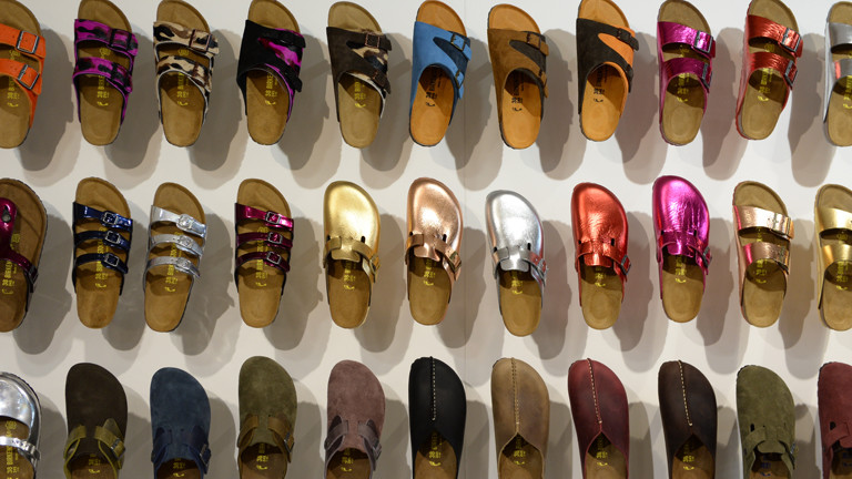 Schuhe der Marke Birkenstock.