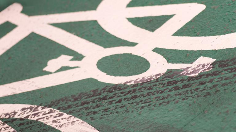 Autoreifenspuren auf Fahrradweg