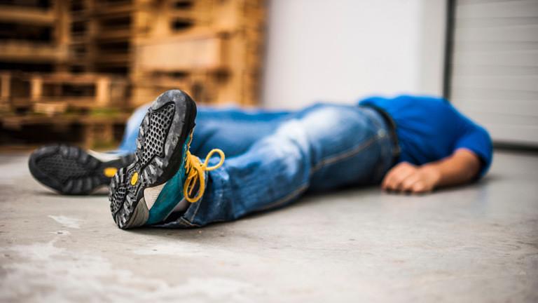 Ein Mann liegt regungslos am Boden.